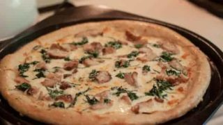 Chicken and spinach pizza with garlic white sauce